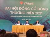 Chủ tịch VPBank Ngô Chính Dũng (ngồi giữa) làm Chủ toạ tại ĐHĐCĐ thường niên năm 2021 của VPBank