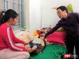GS. Tạ Thành Văn thăm bệnh nhi ở TTYT huyện Mường Nhé