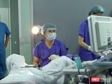 BS Phạm Văn Hưởng - Trưởng khoa Khám bệnh thực hiện thủ thuật để TTTON cho bệnh nhân