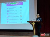 Bác sĩ Vũ Quốc Đạt - giảng viên Bộ môn Truyền nhiễm của Trường Đại học Y Hà Nội - cung cấp cho sinh viên các kiến thức khoa học về virus Corona