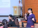 GS.TS. Lê Thị Hương giải đáp các thắc mắc của sinh viên về dịch COVID-19.