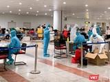 Các các bộ của Trường Đại học Y Hà Nội lấy mẫu và xét nghiệm COVID-19 với các hành khách đến từ châu Âu, Anh, Mỹ.