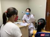 TS. Nguyễn Ngọc Khánh khám, tư vấn cho mẹ và bé gái 6 tuổi dậy thì sớm