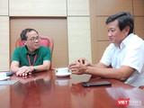 GS. Tạ Thành Văn trao đổi với ông Đoàn Ngọc Hải về vấn đề vận chuyển bệnh nhân sao cho an toàn và hiệu quả