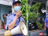 Lực lượng bảo vệ tuyên truyền phòng, chống dịch COVID-19 đối với người dân đi chợ ở Đà Nẵng (ảnh: Hồ Xuân Mai)