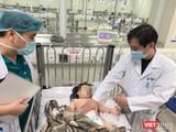 Bác sĩ khám cho bé H. sau khi ngã từ tầng 12 chung cư (Ảnh - BV)