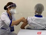 Với vaccine phòng COVID-19 của AstraZeneca sử dụng lần này, mỗi người trên 18 tuổi sẽ được tiêm 2 mũi vaccine, mũi thứ hai cách mũi thứ nhất 12 tuần với liều lượng 0,5ml, tiêm bắp.