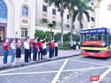 Các thầy cô lãnh đạo Trường Đại học Y Hà Nội tiễn đoàn cán bộ, sinh viên lên đường vào tâm dịch, do GS.TS. Tạ Thành Văn – Chủ tịch Hội đồng Trường Đại học Y Hà Nội - trực tiếp dẫn đầu.