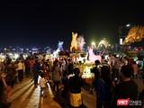 Sau những lo toan đón Tết Mậu Tuất 2018, tối 15/2 (tức đêm 30 Tết), người dân Đà Nẵng đã đổ ra đường du xuân với mong cầu một năm mới mọi điều như ý.