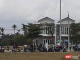 """Sáng 15/3, hàng trăm người mua kéo đến trụ sở của Công ty CP Bách Đạt An ở thị xã Điện Bàn (Quảng Nam) để đòi sổ đỏ, sau khi """"vây ráp"""" trụ sở Công ty CP Đầu tư Hoàng Nhất Nam vào đêm hôm trước."""