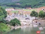 Một đoạn sông Luông Đông chảy qua khu vực dự án mở rộng Công viên suối khoáng nóng núi Thần Tài bị chủ đầu tư lấp chặn dòng