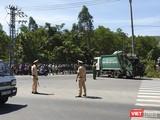Ngày 8/7, lực lượng cảnh sát được huy động để hộ tống xe chở rác đi vào bãi rác Khánh Sơn