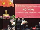 Ông Hà Ban - Phó Trưởng Ban Tổ chức Trung ương trao quyết định và hoa chúc mừng cho ông Nguyễn Văn Quảng (bìa trái)