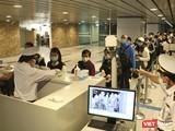 Lực lượng giám sát bệnh tật tại sân bay quốc tế Đà Nẵng vẫn thường trực giám sát hành khách qua cửa khẩu 24/24