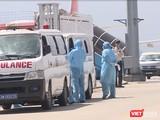 Lực lượng y tế đón công dân trở về do dịch COVID-19 bằng đường hàng không tại sân bay quốc tế Đà Nẵng