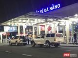 Xe của CDC tỉnh Quảng Nam chiở 4 hành khách người Anh, trong đó có 2 người liên quan đến chuyên bay VN0054 và VN163 buộc cách ly 14 ngày ra sân bay Đà Nẵng