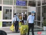 Các bệnh nhân mắc COVID-19 tại Bệnh viện Đà Nẵng xuất viện, cách ly sau khi đã âm tính với SARS-CoV-2.