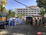Những thùng hàng nhu yếu phẩm chuyển đến các bác sĩ tập kết tại chốt kiểm soát dịch trước Bệnh viện C Đà Nẵng