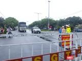 Lực lượng công an làm việc tại chốt kiểm soát dịch COVID-19 tại cửa ngõ dẫn vào TP Đà Nẵng