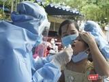 Lực lượng y tế Đà Nẵng lấy mẫu xét nghiệm COVID-19 tại cộng đồng