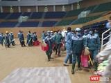 Công nhân có mặt tại Cung thể thao Tiên Sơn để bắt đầu xây dựng bệnh viện dã chiến