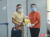 Đại diện Sở Du lịch TP Đà Nẵng tặng quà và tiễn số du khách mắc kẹt do dịch COVID-19 lên máy bay