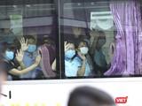 Đoàn bác sỹ của Sở Y tế tỉnh Thừa Thiên Huế và tỉnh Bình Định chào tạm biệt Đà Nẵng sau hơn 20 ngành chung tay với Đà Nẵng chống dịch COVID-19.