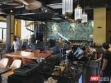 Nhân viên nhà hàng trên địa bàn TP Đà Nẵng chuẩn bị cho việc mở cửa hoạt động trở lại sau thời gian dài đóng cửa phòng dịch COVID-19