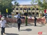 Rất đông người dân là khách hàng mua đất nền liên quan đến 2 doanh nghiệp Bách Đạt An và Hoàng Nhất Nam đã tập trung tại cổng trụ sở TAND thị xã Điện Bàn (tỉnh Quảng Nam) để phản ánh vụ việc và yêu cầu được bảo vệ quyền lợi.