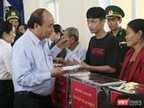 Thủ tướng Nguyễn Xuân Phúc tặng quà cho người dân bị thiệt hại do bão số 9 gây ra tại Quảng Ngãi.