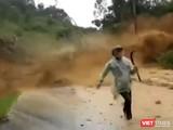 Người đi đường thất thần tháo chạy khỏi đống đất đá từ trên cao đổ xuống (ảnh cắt từ clip)