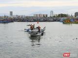 Lực lượng bộ đội biên phòng kêu gọi tàu thuyền neo đậu an toàn tại ân thuyền Thọ Quang (Đà Nẵng)