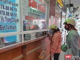 Hành khách mua vé xe tại Bễn xe Trung tâm TP Đà Nẵng