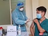 Lực lượng y tế tiêm vắc xin COVID-19 cho các bác sĩ, nhân viên y tế tại Đà Nẵng