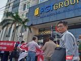 Khách hàng căng băng rôn trước trụ sở Công ty cổ phần Tập đoàn PGT đòi giấy chứng nhận quyền sử dụng đất