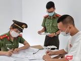 Lực lượng An ninh điều tra Công an TP Đà Nẵng đang lấy lời khai một đối tượng trong đường dây đưa người Trung Quốc nhập cảnh trái phép vào Việt Nam