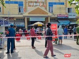 Các tiểu thương chọ Phước Mỹ (quận Sơn Trà, Đà Nẵng) lấy mẫu xét nghiệm SARS-CoV-2. (ảnh K.H)