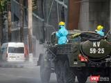 Lực lượng y tế phun thuốc khử khuẩn tại vũ trường New Phương Đông (Đà Nẵng)
