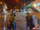 Lực lượng y tế lấy mẫu xét nghiệm COVID-19 cho người dân, công nhân tại khu công nghiệp An Đồn (Đà Nẵng) trong đêm 11/5 (ảnh Bích Vân)