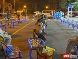 Lực lượng y tế lấy mẫu xét nghiệm COVID-19 cho người dân xuyên đêm