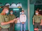 Cơ quan An ninh điều tra - Công an TP Đà Nẵng tống đạt quyết định khởi tố bị can, bắt tạm giam 4 tháng đối với Nguyễn Trần Anh Tuấn (áo trắng)