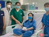 Nữ điều dưỡng bị sốc phản vệ sau tiêm vắc xin COCID-19 ở Đà Nẵng được các đồng nghiệp đến chúc mừng sau khi bình phục (ảnh AD)