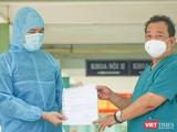 Bác sĩ Lê Thành Phúc, Giám đốc Bệnh viện Phổi Đà Nẵng trao giấy chứng nhận cho bệnh nhân BN 2982 trong buổi xuất viện diễn ra sáng ngày 21/5