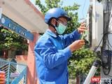 Cán bộ kỹ thuật VNPT kết nối đường truyền cho các trường học ở Đà Nẵng (Ảnh: Trịnh Quang)
