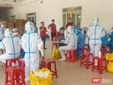 Lực lượng y tế lấy mẫu xét nghiệm SARS-CoV-2 cho công nhân làm việc tại các KCN trên địa bàn TP Đà Nẵng