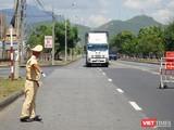 CSGT hướng dẫn phương tiện đi vào khu vực khai báo y tế tại cửa ngõ ra vào TP Đà Nẵng