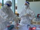 Lực lượng y tế Quảng Ngãi lấy mẫu xét nghiệm COVID-19 cho người dân