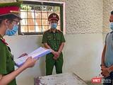 Cơ quan công an tống đạt quyết định khởi tố, bắt tạm giam đối với tài xế Nguyễn Quốc Tuấn - tài xế nhà xe Chín Nghĩa vì hành vi chống người thi hành công vụ