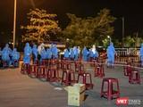 Lực lượng y tế Đà Nẵng tổ chức lấy mẫu xét nghiệm cho toàn bộ người có mặt tại Cảng cá Thọ Quang trong đêm 28/6 (Ảnh Ngọc Thuỷ)