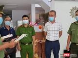 Cơ quan công an Đà Nẵng tống đạt quyết định khởi tố, bắt tạm giam đói với Lee Kwan Young (áo trắng).